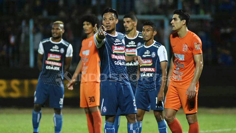 Hamka Hamzah menunjuk sepak pojok setelah peluang gol terbuang. Copyright: © Ian Setiawan/INDOSPORT