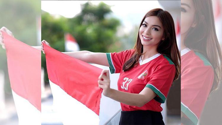 Sandra Olga bembentangkan bendera Indonesia Copyright: © Instagram/@sandraolga