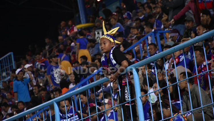 Aremania kecil tetap semangat mendukung Arema. Copyright: © Ian Setiawan/INDOSPORT