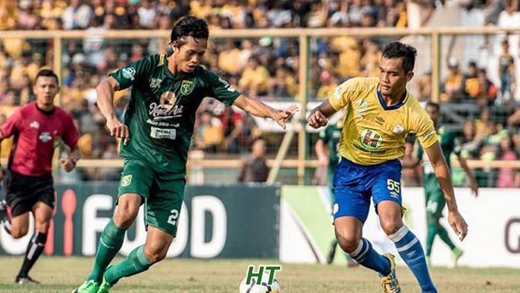 Pemain Barito Putera, Dandi Maulana (kanan) saat berusaha menghalau pemain Persebaya. Copyright: © Barito Putera