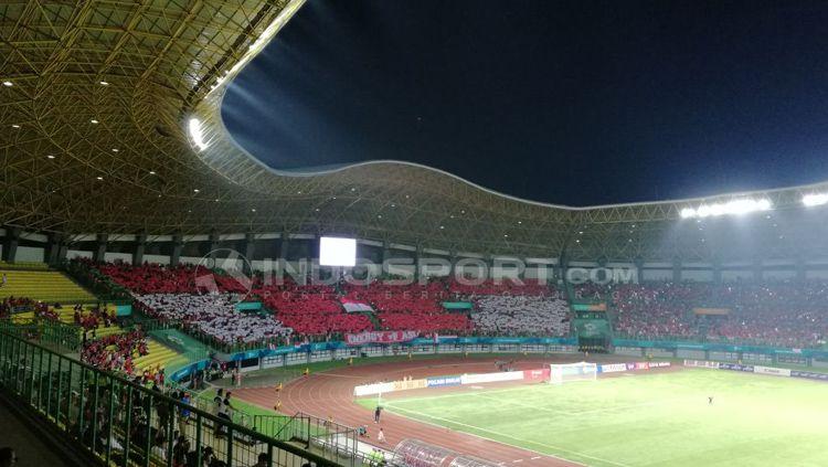 Kondisi dalam stadion Patriot setelah laga dimulai bebrapa menit. Copyright: © Abdul Aziz/INDOSPORT