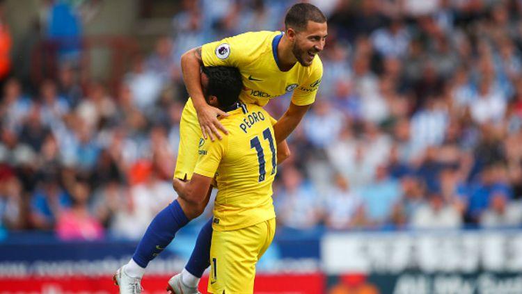 Pedro dan Eden Hazard (atas) saat berselebrasi usai cetak gol dalam laga Huddersfield vs Chelsea. Copyright: © Getty Images