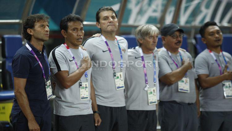 Luis Milla, Bima Sakti, dan jajaran staf pelatih Timnas Indonesia U-23. Copyright: © Herry Ibrahim/INDOSPORT