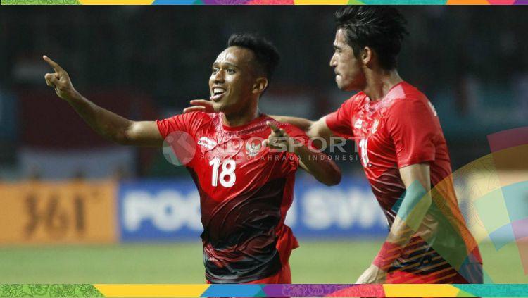 Irfan Jaya dan Gavin Kwan selebrasi usai gol dalam laga Indonesia vs Palestina. Copyright: © Herry Ibrahim/INDOSPORT