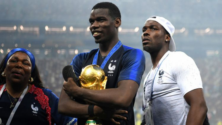 Paul Pogba (tengah) bersama dengan saudaranya, Mathias Pogba (kanan). Copyright: © Getty Images