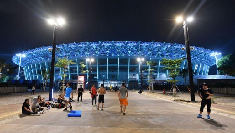Area Stadion Utama Gelora Bung Karno yang kerap dijadikan tempat olahraga di malam hari. Copyright: © Getty Images
