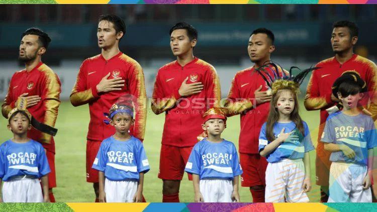 Timnas Indonesia U-23 menyanyikan Indonesia Raya. Copyright: © Herry Ibrahim/INDOSPORT