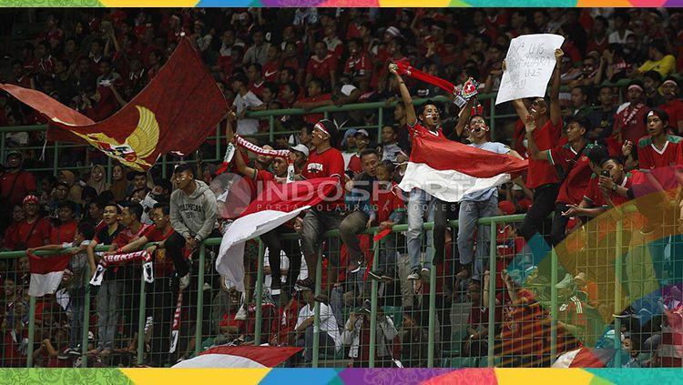 Ekspresi suporter Indonesia kala mendukung Timnas U-23 di Asian Games 2018. Copyright: © INDOSPORT/Herry Ibrahim
