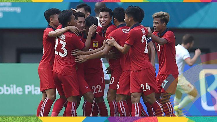 Indosport - Para pemain Laos berselebrasi pasca mencetak gol ke gawang Palestina.