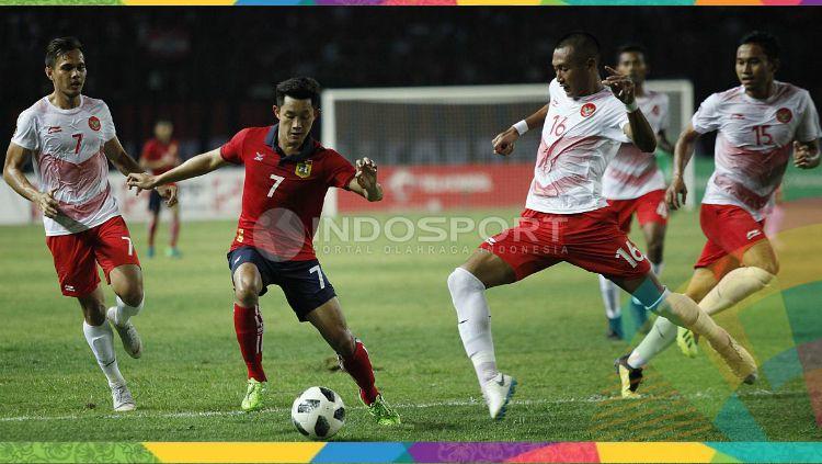 Hansamu Yama tengah menghadang pergerakan pemain Laos. Copyright: © INDOSPORT