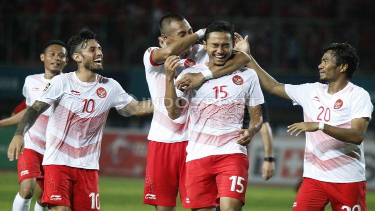 Selebrasi gol Ricky Fajrin bareng timnas Indonesia. Copyright: © INDOSPORT/Herry Ibrahim