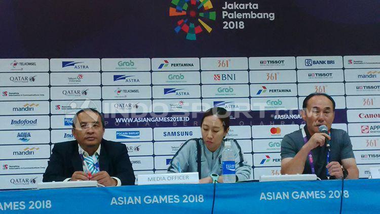 Konfrensi pers pelatih Korea Selatan, Kim Hag Bum, usai laga melawan Malaysia, Jumat (17/07/18). Copyright: © INDOSPORT/Arif Rahman