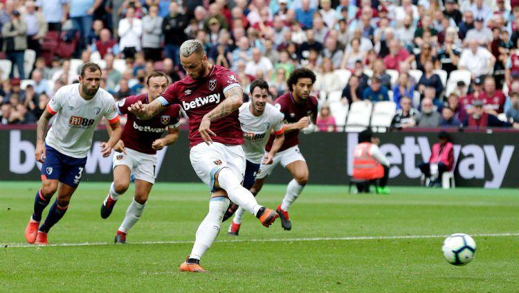 Marko Arnautovic lakukan penalti tanpa melihat. Copyright: © Getty Images