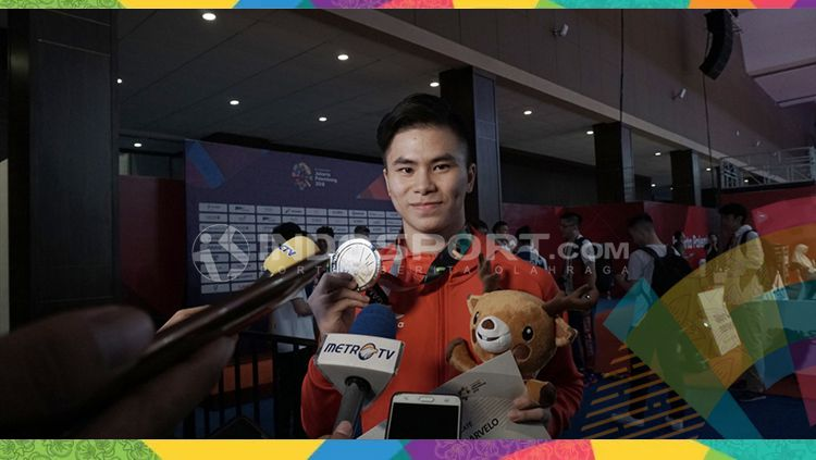 Edgar Xavier Marvelo pasca menerima medali perak di Asian Games 2018 pada cabor wushu. Copyright: © INDOSPORT/Abdul Aziz