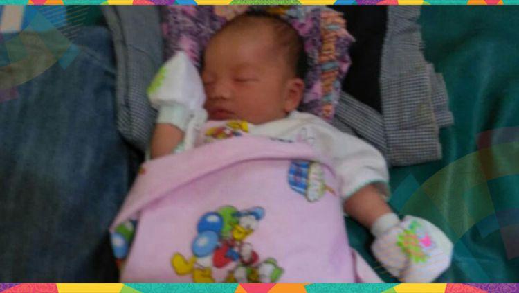 Seorang bayi berjenis kelamin perempuan buah cinta dari Yordania Denny dan Vera Nova diberi nama Adibah Asian Games. Copyright: © Muhammad Effendi/Indosport.com