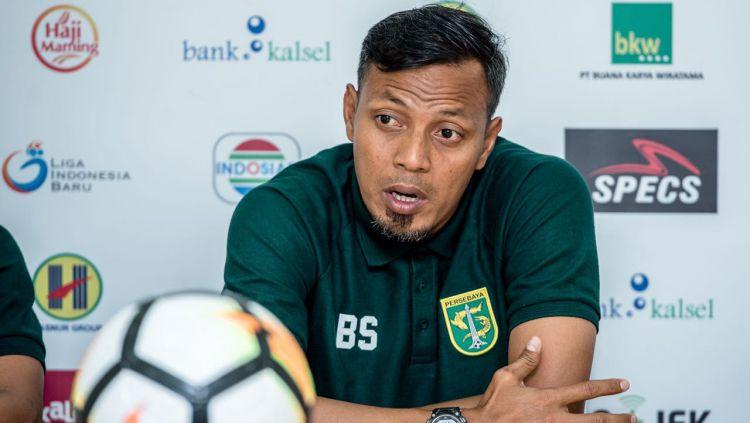 Bejo Sugiantoro saat konfrensi pers. Copyright: © media persebaya