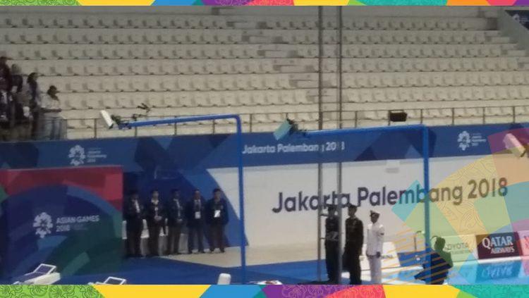 Insiden bendera China terjatuh saat pengalungan medali Asian Games 2018. Copyright: © INDOSPORT