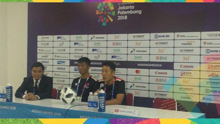 Pelatih Hongkong, Kar Lok Kenneth Kwok lantas angkat bicara mengenai biang keladi kekalahan timnya atas Indonesia. Copyright: © INDOSPORT/Petrus Manus Da' Yerimon