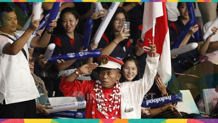 Para suporter wanita bersama ikon suporter fanatik bulutangkis bapak Hariyanto mendukung tim Indonesia. Copyright: © Herry Ibrahim/Indosport.com