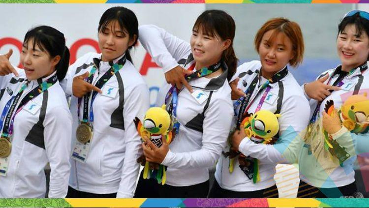 Medali perunggu pertama untuk Korea Bersatu di nomor perahu naga putri Asian Games 2018. Copyright: © AFP/Adek Berry