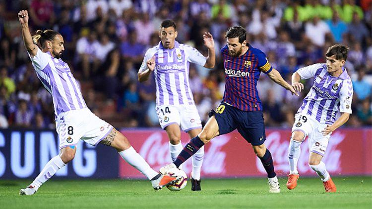 Lionel Messi di kawal oleh 3 pemain tuan rumah Copyright: © Getty Images