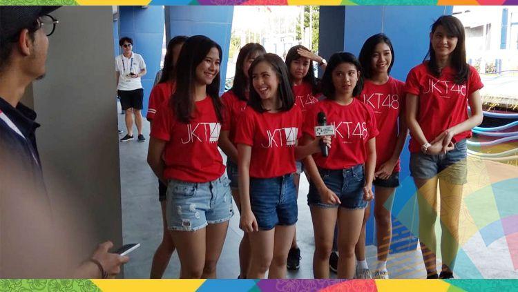 Grup vokal JKT48 bersiap untuk membuka babak final Jet Ski kelas Endurance Runabout Open. Copyright: © Zainal Hasan/INDOSPORT