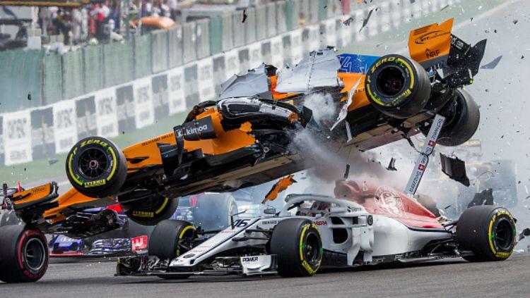 Fernando Alonso tabrakan dan mobilnya melayang di atas mobil Charles Leclerc. Copyright: © Getty Images