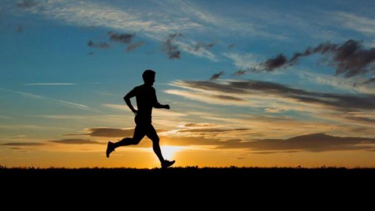 Ilustrasi Orang Berlari dengan Kaki Menghadap ke Atas Copyright: © piah.com