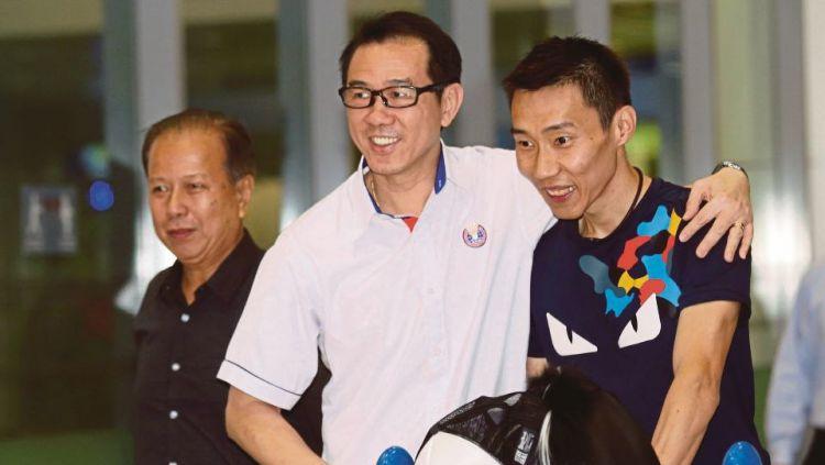 Datuk Ng Chin Chai (kiri) saat merangkul Lee Chong Wei. Copyright: © BHarian