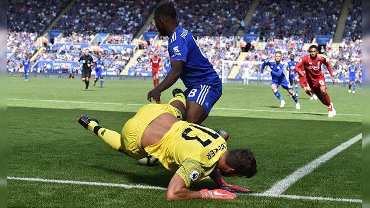 Alisson melakukan blunder saat laga Leicester City vs Liverpool di Liga Primer Inggris. Copyright: © Getty Images