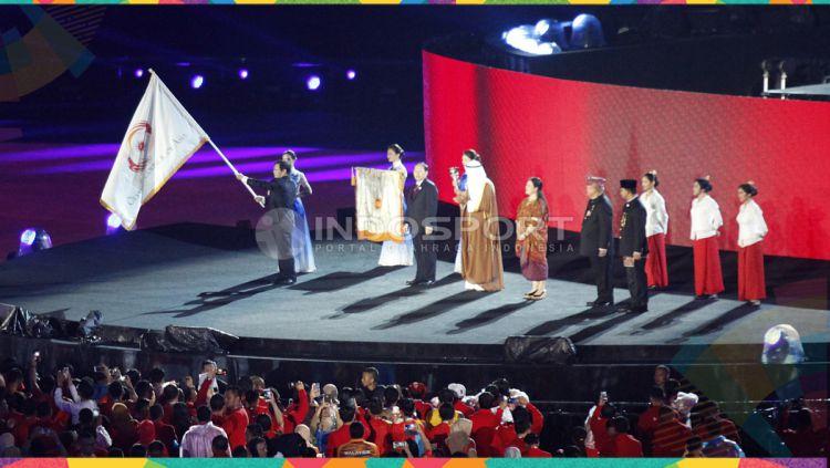 Bendera Dewan Olimpiade Asia dikibarkan yang artinya selesai sudah Asian Games 2018 yang diselenggarakan di Indonesia tepatnya Jakarta - Palembang. Copyright: © Herry Ibrahim/INDOSPORT