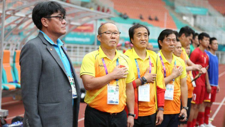 Pelatih Vietnam U-23, Park Hang-Seo, saat menyanyikan lagu kebangsaan Korea Selatan di laga semifinal Asian Games 2018, Sabtu (29/08/18). Copyright: © vietnamnet.vn