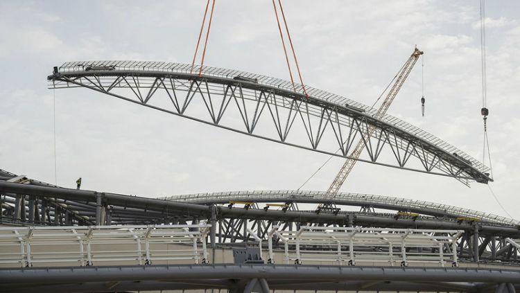 Pemasangan atap stadion yang bakal dipakai di Piala Dunia 2022. Copyright: © thepeninsulaqatar.com