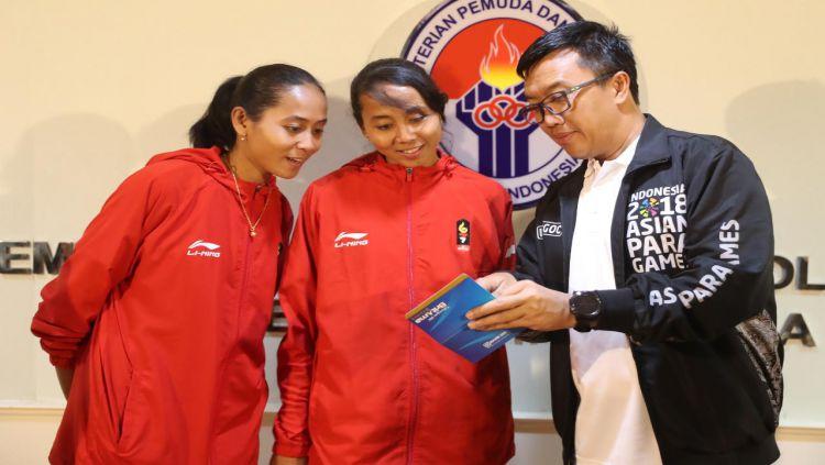 Atlet Sepak Takraw Indonesia, Lena dan Leni bersama Menpora Imam Nahrawi. Copyright: © Humas Kemenpora