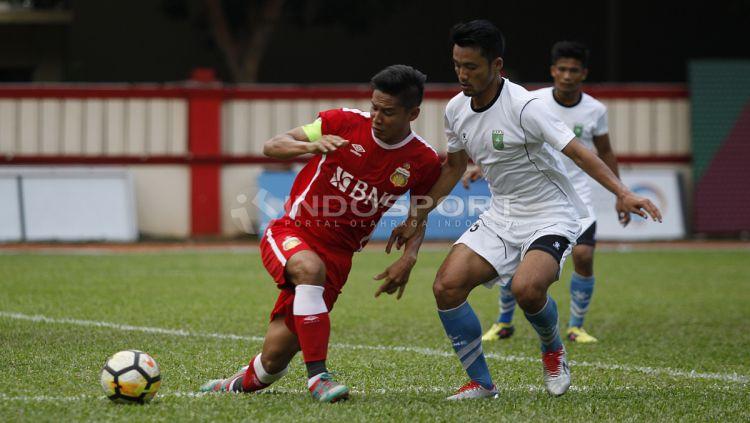 Kapten Bhayangkara FC, Indra Kahfi (kiri) mencoba melepaskan diri dari penjagaan pemain PSPS. Copyright: © INDOSPORT/Herry Ibrahim
