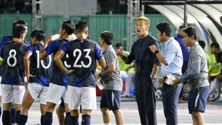 Keisuke Honda saat memimpin skuat Kamboja di laga persahabatan melawan Malaysia. Copyright: © Kyodo News