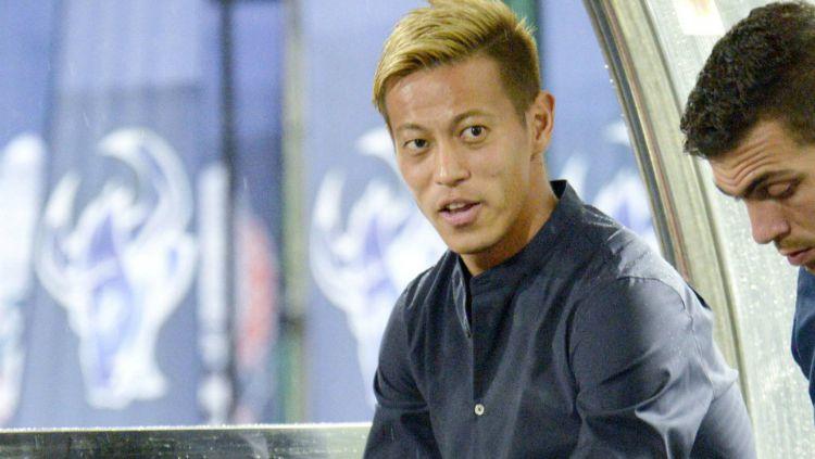 Pelatih Timnas Kamboja, Keisuke Honda, menunjukkan sikap berkelas dalam ajang Kualifikasi Piala Dunia 2022 usai dikalahkan Bahrain 0-1. Copyright: © Kyodo News