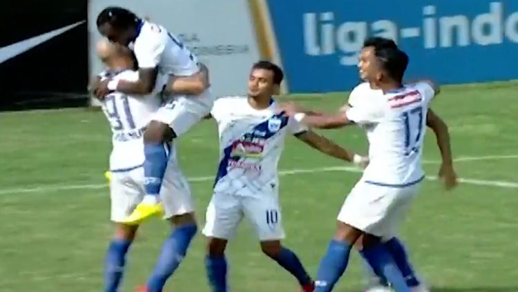 Gol Bayu Nugroho (PSIS Semarang) membobol gawang PSMS Medan. Copyright: © youtube