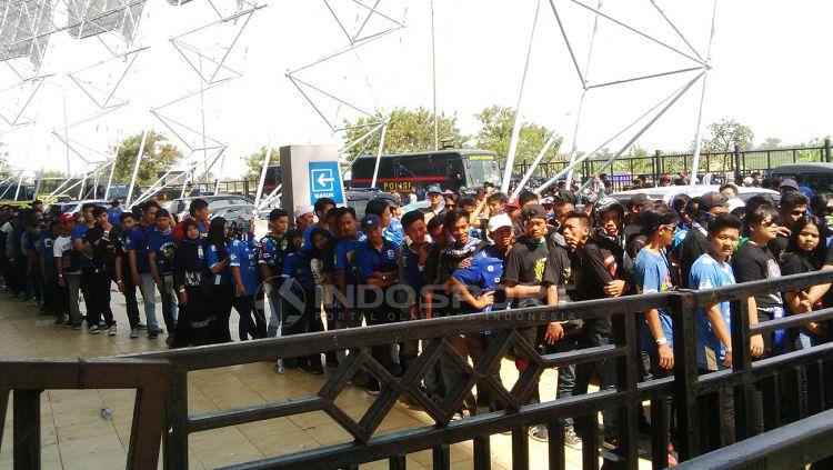 Antusias Bobotoh saat menemani laga Persib Bandung beberapa waktu lalu. Copyright: © Arif Rahman/Indosport.com