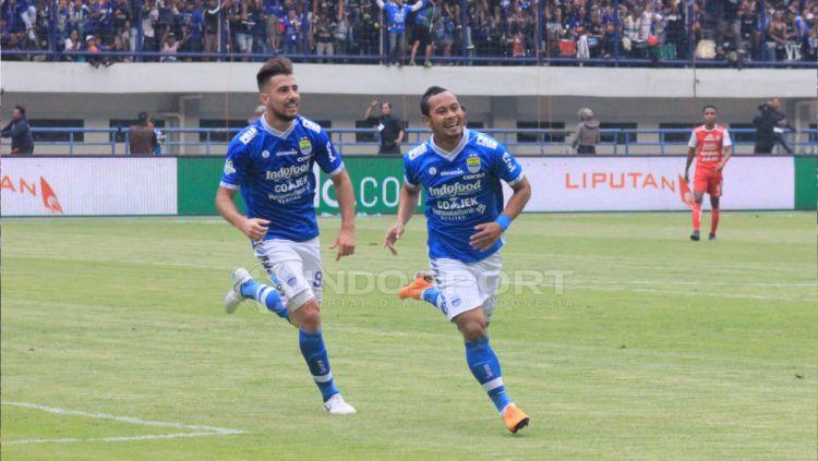 Selebrasi Atep seteleh membobol gawang Arema FC dan membawa Persib Bandung unggul di babak pertama. Copyright: © Arif Rahman/Indosport.com
