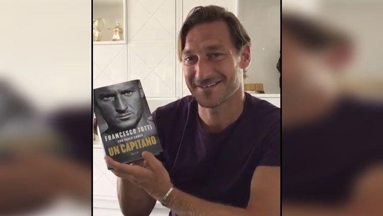 Francesco Totti perkenalkan buku Autobiografinya yang berjudul Copyright: © Instagram Francesco Totti