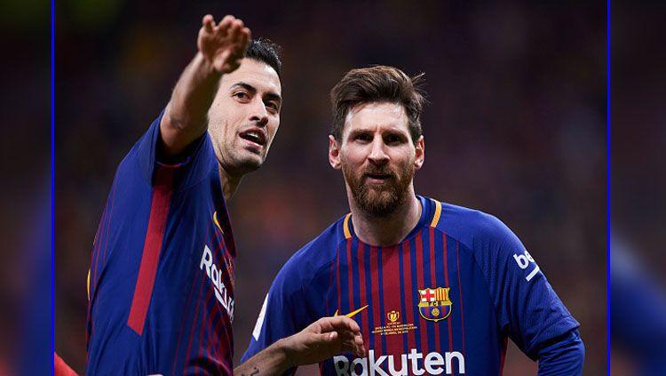 Sergio Busquets dan Lionel Messi, dua pemain bintang Barcelona. Copyright: © Getty Images