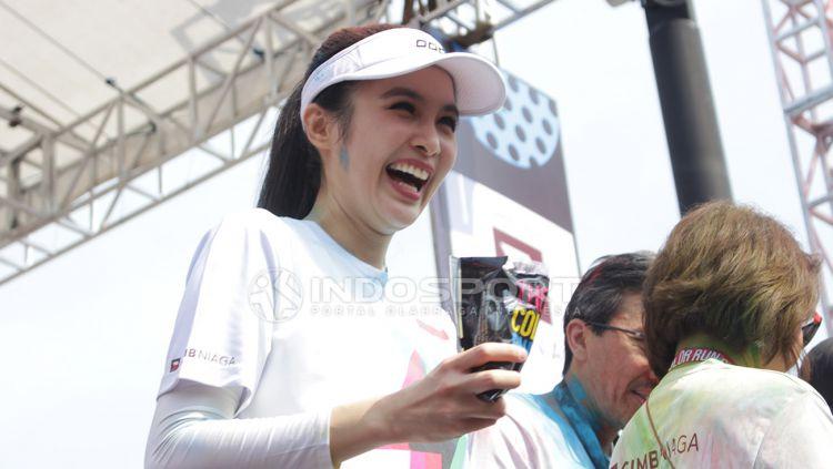 The Color Run 2018 baru saja digelar. Sandra Dewi ikut serta dalam lari santai yang berlangsung di area Gelora Bung Karno, Jakarta, Minggu (16/9/18). Copyright: © Dimas Ramadhan/Indosport.com