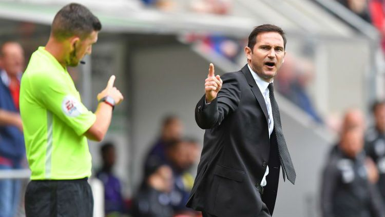 Frank Lampard berdebat dengan wasit. Copyright: © Mirror.