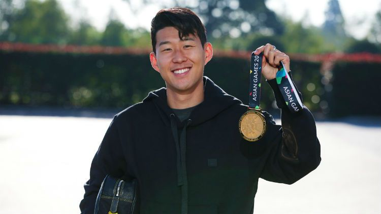 Son Heung-Min pamer medali emas Asian Games 2018. Copyright: © Twitter.com/Spurs_ID