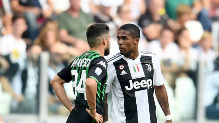 Douglas Costa (kanan/Juventus) bersitegang dengan Federico Di Francesco (Sassuolo). Copyright: © Getty Images