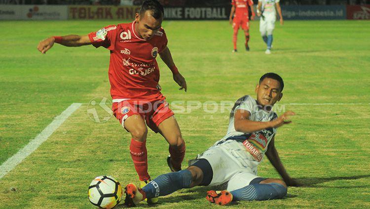 Riko Simanjuntak menghindari jegalan pemain PSIS Semarang. Copyright: © Prima/INDOSPORT