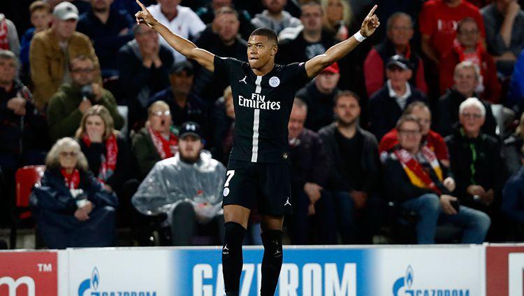Bintang Paris Saint-Germain (PSG), Kylian Mbappe santer dirumorkan hengkang ke Real Madrid. Copyright: © Getty Images/Julian Finney