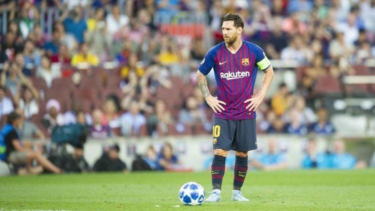 Lionel Messi saat bersiap mengeksekusi tendangan bebas melawan PSV Eindhoven. Copyright: © Twitter.com/FCBarcelona