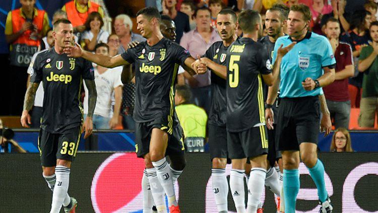 Cristiano Ronaldo menangis usai mendapatkan kartu merah. Copyright: © Getty Images/JOSE JORDAN